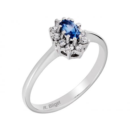 Pierścionek z białego złota zdobiony topazem niebieskim i cyrkoniami: GGR047